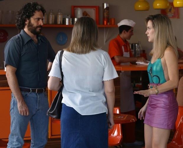 19.jan.2015 - Vitória (Bianca Bin) não desiste dos planos de descobrir sua verdadeira paternidade e quer levar a mãe e Paulo (Caco Ciocler) para os EUA