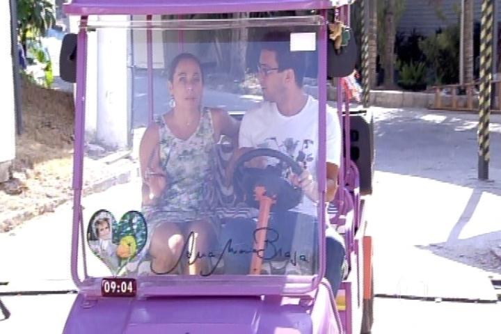 Cissa Guimarães e André Marques passeiam ao arredor da casa do