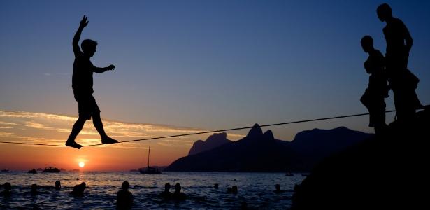 Garoto pratica Slackline no Arpoador, durante o pôr do sol, no Rio