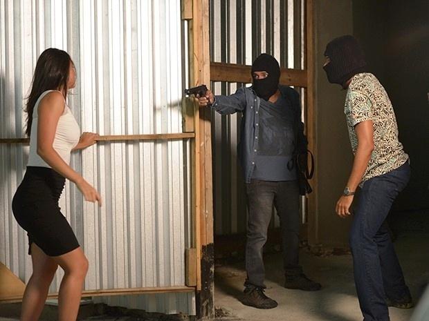 Sueli (Débora Nascimento) é baleada numa tentativa de assalto em