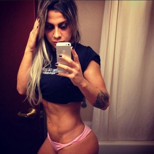 Vanessa Mesquista mostra seu barriga trincada no Instagram