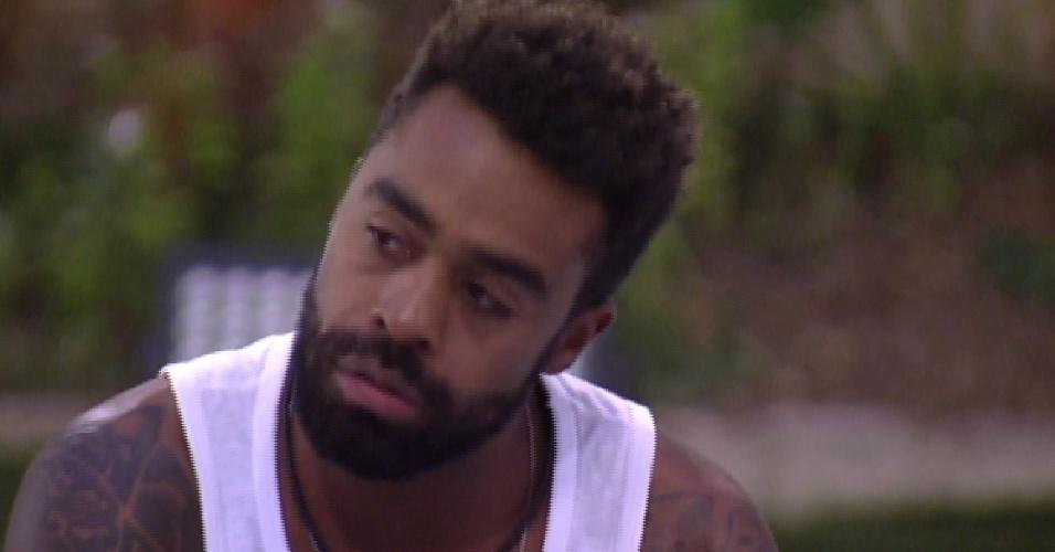 """20.jan.2015 - Após a estreia ao vivo do """"BBB15"""", Douglas se apresenta para os outros brothers do reality show"""