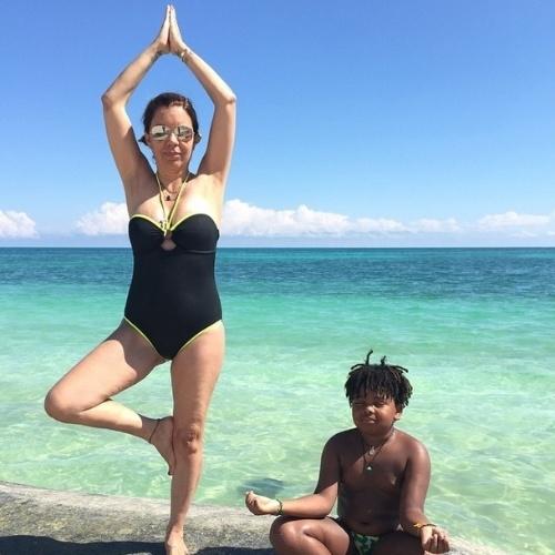 Na praia, Astrid Fontenelle diz que não toma sol por conta de doença