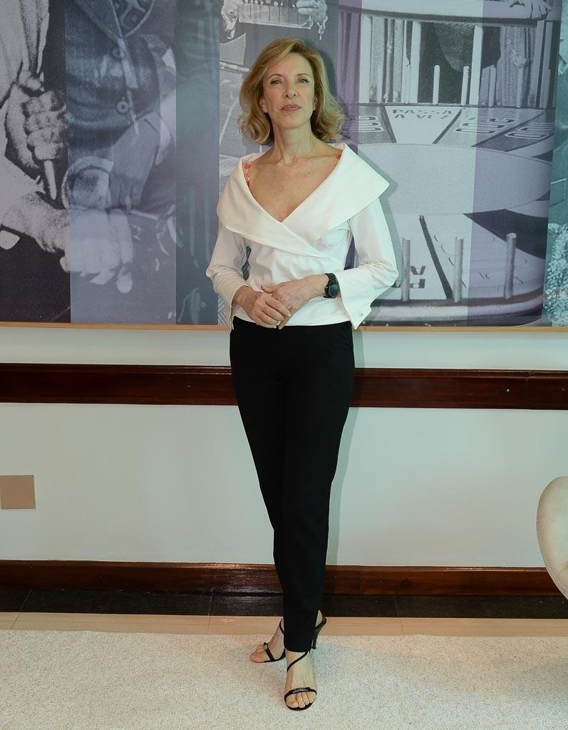 20.jan.2015 - Marília Gabriela posa na sede do SBT, em São Paulo, após anunciar que deixará a emissora e que seu programa
