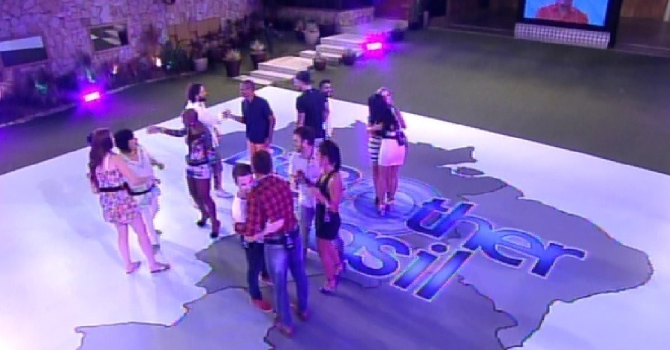 "20.jan.2015 - Participantes do ""BBB15"" se cumprimentam na estreia do programa"