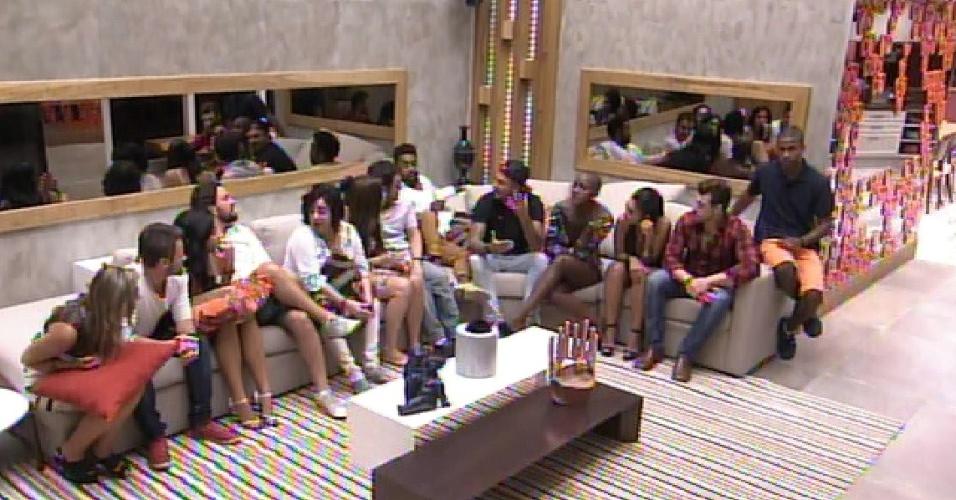 """20.jan.2015 - Particpantes do """"BBB15"""" se reúnem na sala da mansão para ter o primeiro contato com o apresentador Pedro Bial"""