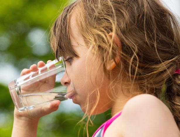 Os pais têm de estar atentos se as crianças estão ingerindo água o suficiente - Getty Images