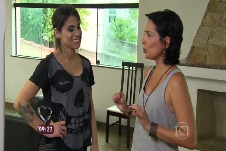 Vanessa Mesquita conversa com repórter do