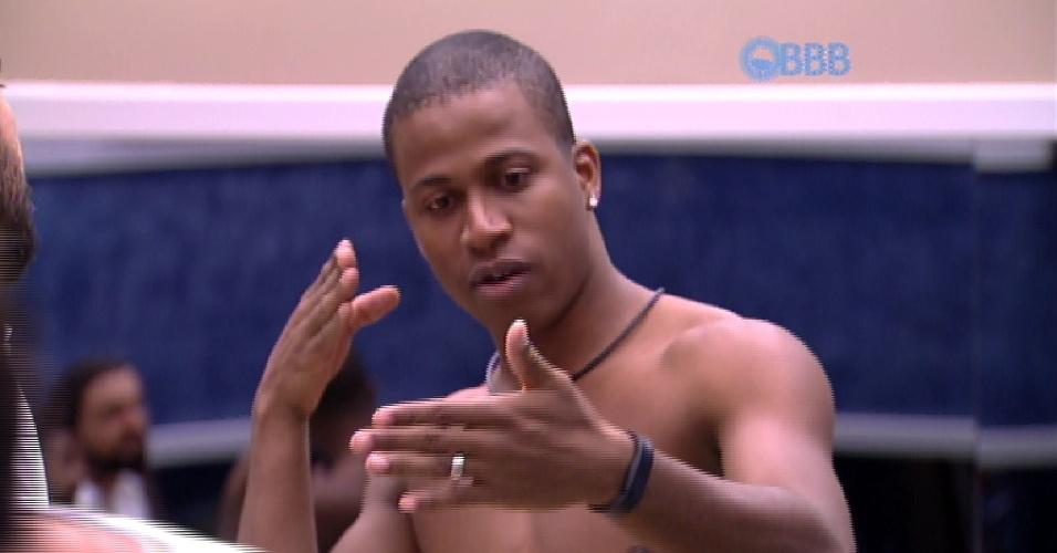 """20.jan.2015 - No """"BBB15"""", Luan Patricio conta que atirou em uma pessoa quando participou de uma operação militar no Rio de Janeiro"""