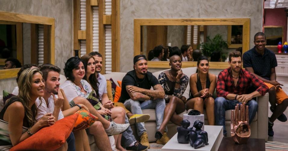 """20.jan.2015 - Participantes se reúnem no sofá durante exibição do programa do """"BBB15"""""""