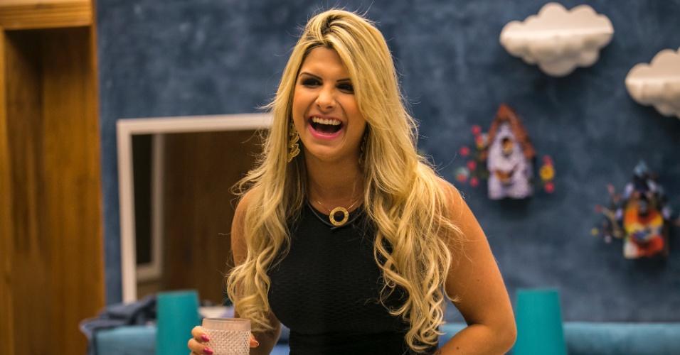 """21.jan.2014 - A designer Julia se diverte ao conhecer os brothers do """"BBB15"""" no início desta tarde. Ela disputa com Aline a 14ª vaga no reality show"""