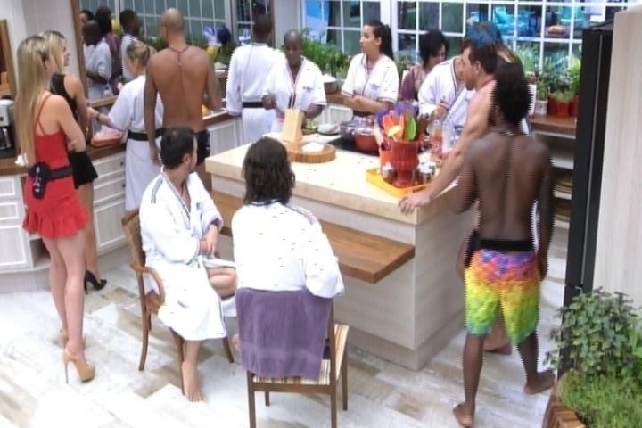 """21.jan.2014 - Brothers conhecem Aline e Julia na cozinha do """"BBB15"""". Novas moradoras concorrem a 14ª vaga do reality show"""