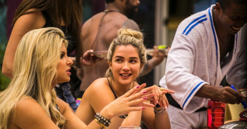 """21.jan.2014 - Julia e Aline conversam na mesa do almoço do """"BBB15"""". As loiras disputam a 14ª vaga na casa em votação popular que vai até domingo"""
