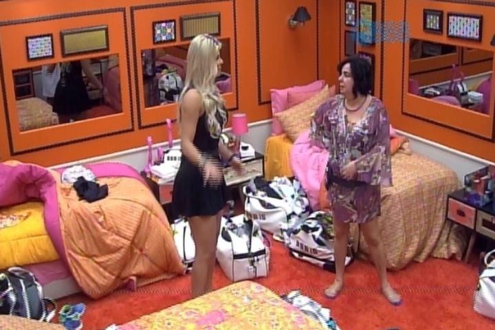 """21.jan.2014 - Mariza mostra o quarto para Julia, participante que entrou na casa para concorrer a 14ª vaga do """"BBB15"""""""