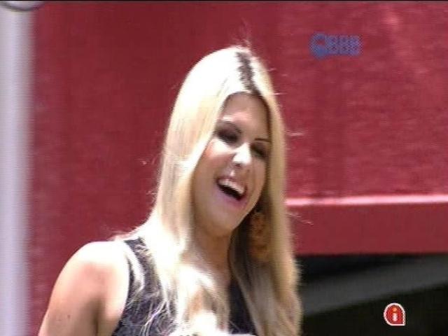 """21.jan.2014 - Minutos depois de Aline, Julia entra na casa do """"BBB15"""". Ela é recebida com festa pelos homens da casa"""