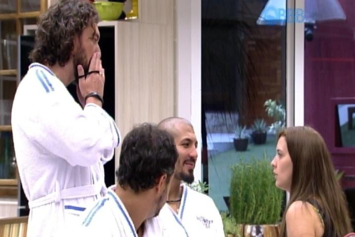 """Depois da entrada de Aline e Julia no """"BBB15"""", Tamires especula com Fernando, Marco e Adrilles sobre a possível entrada de mais participantes na casa."""