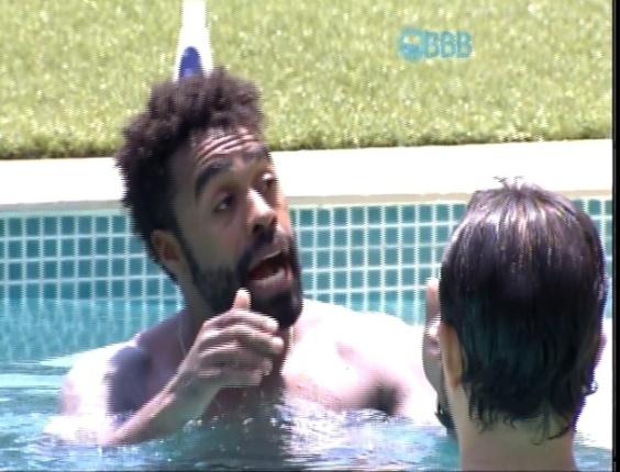 """21.jan.2015 - Enquanto aproveita a piscina do """"BBB15"""", Douglas diz que não quer sair do programa com imagem de """"cretino"""""""