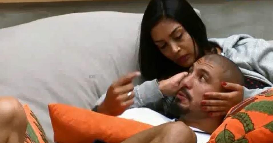 """21.jan.2015 - Amanda faz cafuné em Fernando na sala do """"BBB15"""""""