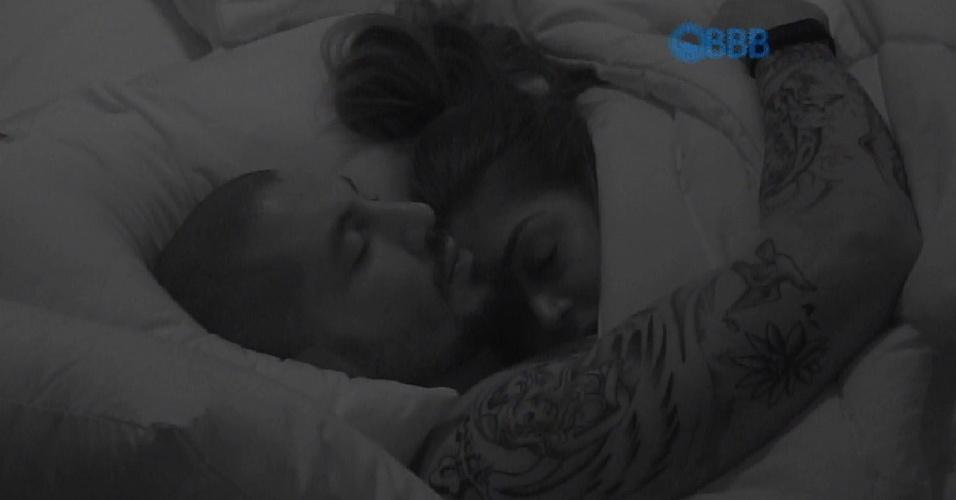 21.jan.2015 - Após algumas brincadeiras e muita conversa, Fernando e Amanda dormem juntinhos