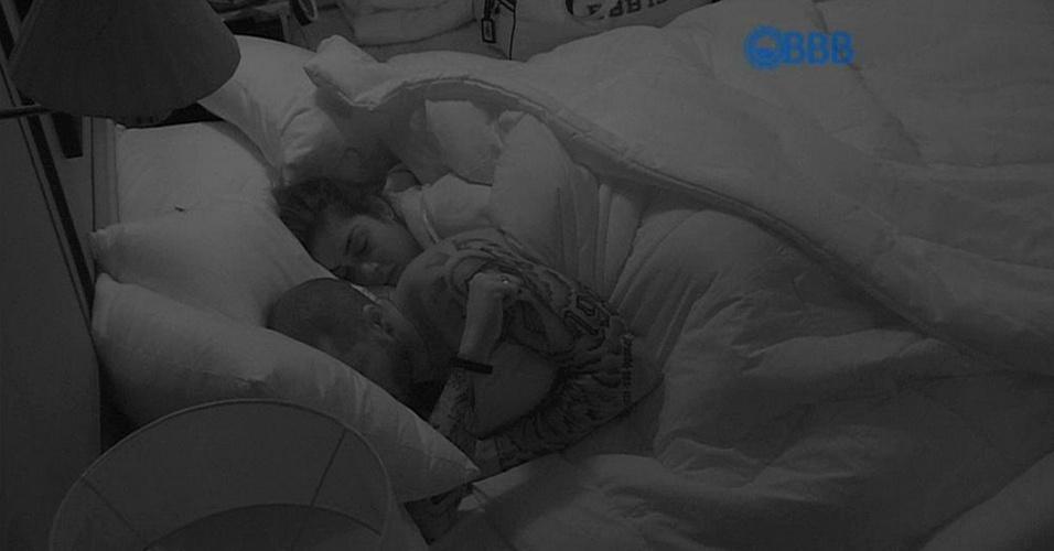"""21.jan.2015 - Após algumas brincadeiras e muita conversa, Fernando e Amanda dormem juntinhos. O brother procurou deixar a morena despreocupada: """"Fica tranquila, está tudo sob controle"""""""