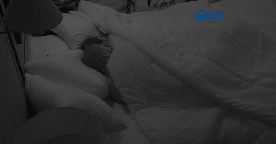 """21.jan.2015 - Fernando e Amanda dormem juntos. Antes de se deitarem na mesma cama, o produtor cultural brincou com a empresária: """"Quem encostar primeiro, agarra, segura forte (risos)"""""""