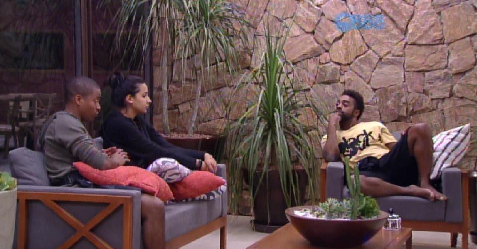 21.jan.2015 - Na parte de fora da casa, Luan, Talita e Douglas falam sobre suas personalidades fora da casa