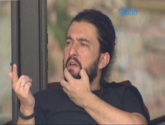 """21.jan,2015 - Marco conta para Fernando que asssistiu aos vídeos dos colegas nas chamadas da Globo antes de entrar para o """"BBB15"""""""
