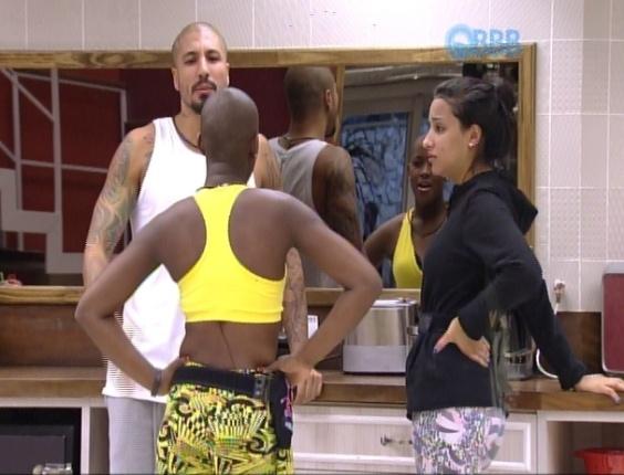 """21.jan.2015 - Angélica, Talita e Fernando conversam na cozinha sobre maquiagem e cabelos ao acordarem no segundo dia de confinamento do """"BBB15"""""""