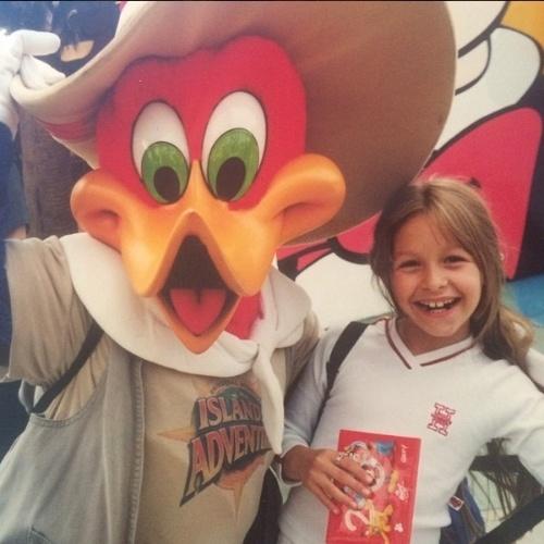 Carla Diaz publica foto antiga e diz sentir falta da infância
