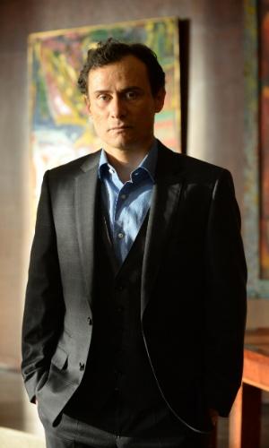 Claudio (Enrique Diaz) é frio com a mulher e parece não se importar com o casamento
