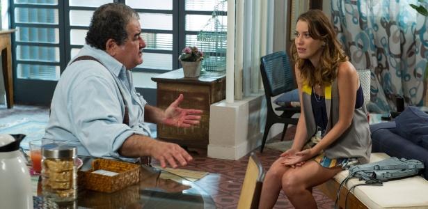Laura (Nathalia Dill) se choca ao ouvir de Vicente (Otávio Augusto) que a morte de seu pai não foi um acidente