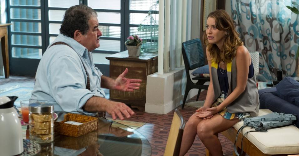 Laura (Nathalia Dill) se choca ao ouvir de Vicente (Otávio Augusto) que sua mãe planejou a morte de seu pai em