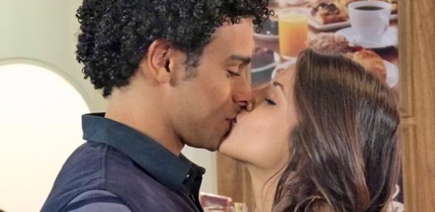 Emerson (Sérgio Malheiros) recebe o apoio de Liz (Debora Rebecchi) e não resiste aos encantos da moça