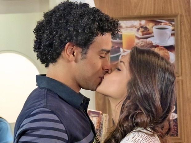 No hospital, Emerson (Sérgio Malheiros) recebe o apoio de Liz (Debora Rebecchi) e não resiste aos encantos da moça, em