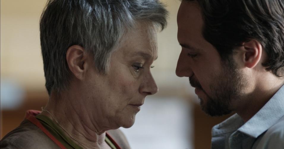 Professora universitária, mãe de três adultos e avó de um adolescente, ela não sabe o que fazer quando um colega, Guilherme (Antonio Saboia), se diz apaixonado por ela