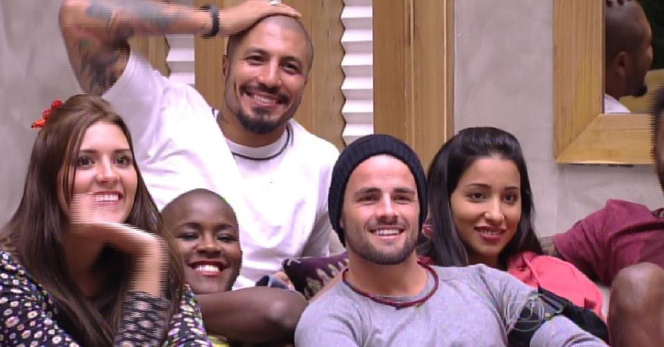 """21.jan.2015 - Brothers do """"BBB15"""" tomam bronca de Pedro Bial depois de desperdiçarem água na casa"""
