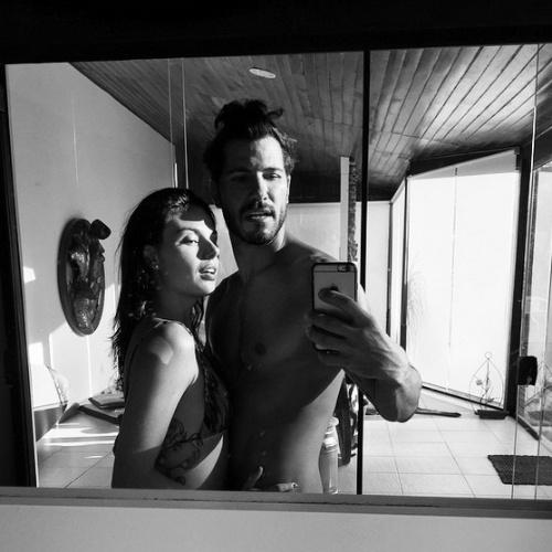 21.jan.2015 - Isis Valverde aparece de biquíni posando para selfie com o namorado Uriel del Toro