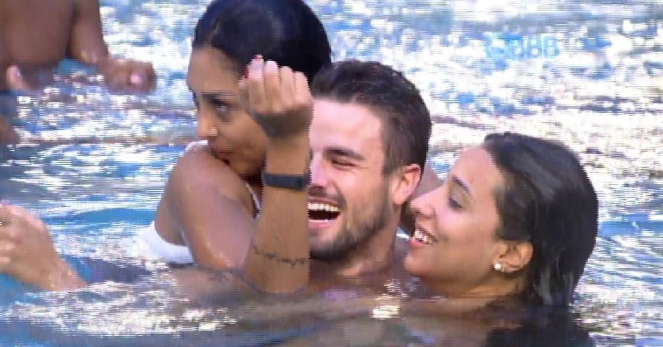 22.jan.2015 - Amanda e Talita ficam abraçadas com Rafael na piscina