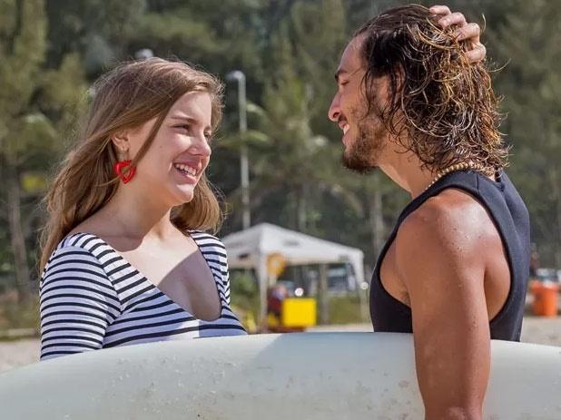22.jan.2015 - Daniele (Alice Wegmann) pede Rodrigo (Brenno Leone) em casamento na praia. Ousada, a bela quer provar que um casamento feito à maneira deles seria feliz