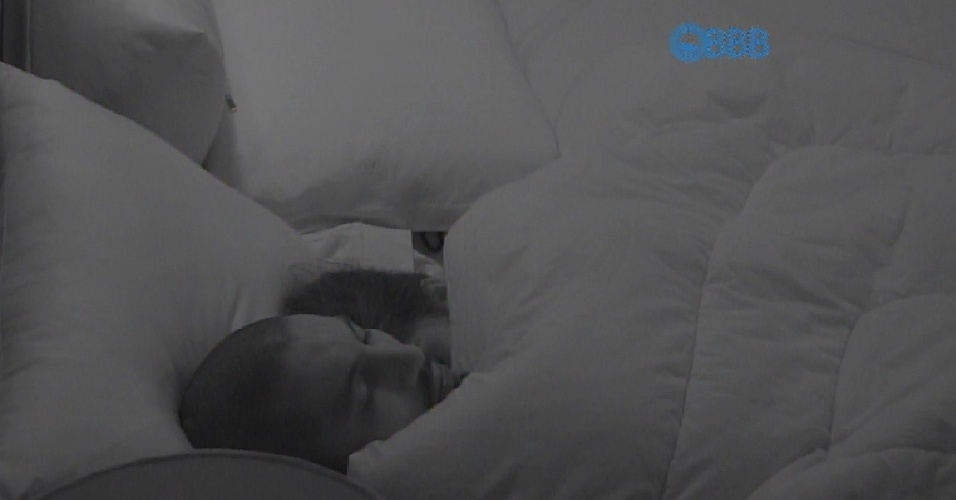 22.jan.2015 - Fernando e Amanda estão cada vez mais grudados e dormem colados pelo segundo dia seguido