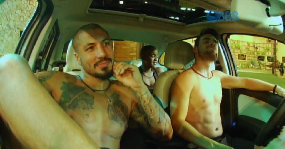22.jan.2015 - Fernando e Rafael disputam prova do líder no mesmo carro que Amanda e Angélica