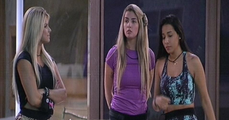 """22.jan.2015 - Julia e Aline escolhem Talita para integrar o grupo do carro vermelho na primeira prova do líder do """"BBB15"""""""
