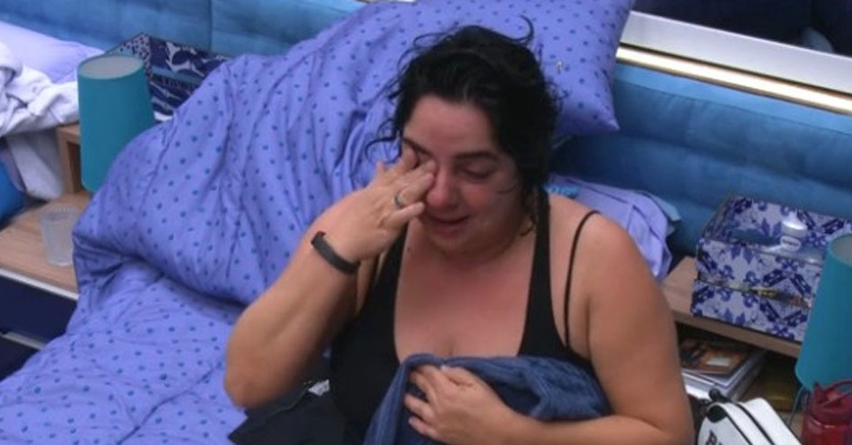 "22.jan.2015 - Mariza chora após tomar banho no ""BBB15"""