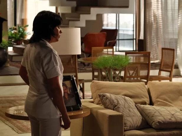 22.jan.2015 - Zezé (Lucília de Assis) mostra a foto de José Alfredo (Alexandre Nero) e diz que foi ele que se apresentou como o obstetra que teria feito o parto dos gêmeos de Du (Josie Pessoa) e Lucas (Daniel Rocha)