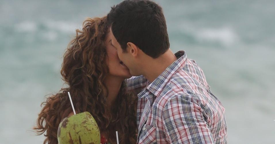 """22.jan.2015- Camila Pitanga e Gabriel Braga Nunes dão um beijo em cena de """"Babilônia"""", nova novela das nove, que estreia em março"""