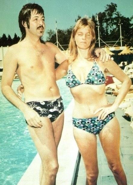 Paul McCartney e sua ex-mulher, Linda Eastman, aproveitam o verão para curtir a piscina.