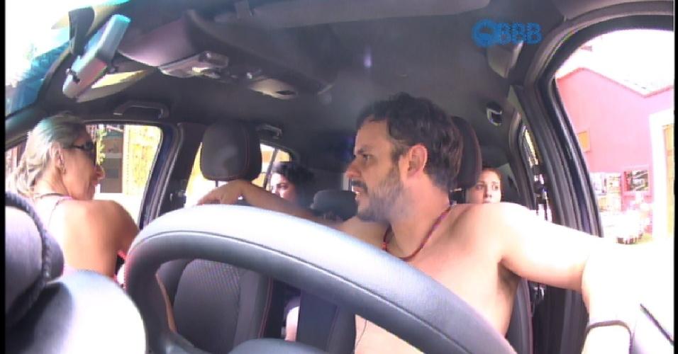 23. jan.2015 - Francieli, que estava desde o início da prova sentada no banco do motorista do carro azul -- na companhia de Tamires, Mariza e Adrilles --, troca de lugar com Adrilles