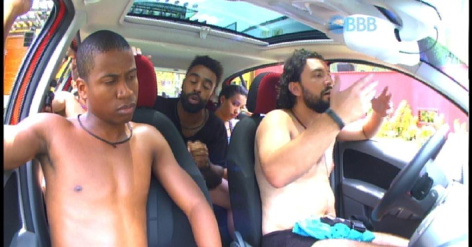 23. jan.2015 - Integrantes do carro vermelho discutem por causa de Luan, que reclamou da vontade de fazer xixi