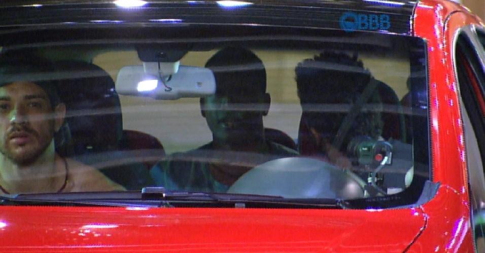 23.jan.2015 - Luan diz aos outros integrantes do carro que esta com muita vontade xixi