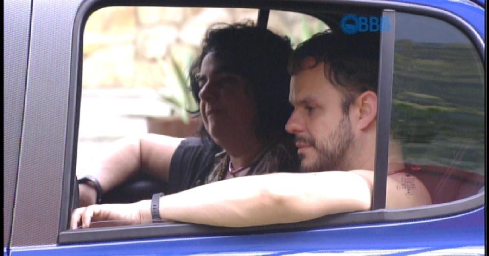 """23.jan.2015 - Adriles diz que não faz questão de ser líder, mas sim do carro. """"Estou aqui por vocês, gostaria que uma das duas fosse a líder"""", fala ele, se referindo a Tamires e Francieli. """"Estou com fome, vontade de fazer xixi, sono"""""""